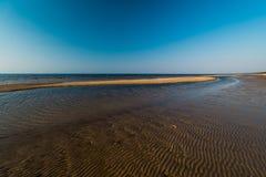 Επιδόρπιο όπως την κατασκευασμένη άμμο - παραλία κόλπων της θάλασσας της Βαλτικής με την άσπρη άμμο στο ηλιοβασίλεμα στοκ φωτογραφία με δικαίωμα ελεύθερης χρήσης