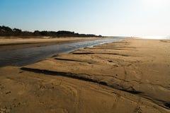 Επιδόρπιο όπως την κατασκευασμένη άμμο - παραλία κόλπων της θάλασσας της Βαλτικής με την άσπρη άμμο στο ηλιοβασίλεμα στοκ φωτογραφία
