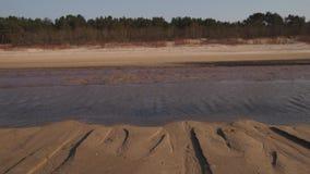Επιδόρπιο όπως την κατασκευασμένη άμμο - παραλία κόλπων της θάλασσας της Βαλτικής με την άσπρη άμμο στο ηλιοβασίλεμα - βίντεο 4K  φιλμ μικρού μήκους