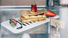 Επιδόρπιο Feuille Mille με το γλυκό κέικ επιδορπίων φραουλών Στοκ Εικόνες