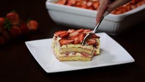 Επιδόρπιο tiramisu φραουλών Φάτε το tiramisu φραουλών φιλμ μικρού μήκους