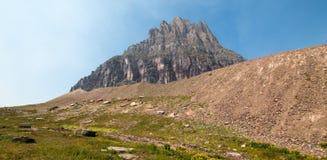Επιεικές βουνό όπως βλέπει από το κρυμμένο ίχνος λιμνών στο πέρασμα του Logan στο εθνικό πάρκο παγετώνων κατά τη διάρκεια των πυρ Στοκ Φωτογραφία