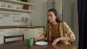 Επιθετική γυναίκα που φωνάζει στον άνδρα στην εγχώρια κουζίνα απόθεμα βίντεο