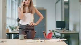 Επιθετική ομιλία γυναικών κινητή γυναίκα που έχει το τηλεφώνημα στον ανοιχτό χώροη φιλμ μικρού μήκους