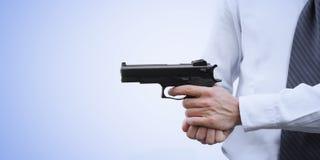 Επιθετικός επιχειρηματίας με ένα πυροβόλο όπλο Στοκ φωτογραφίες με δικαίωμα ελεύθερης χρήσης