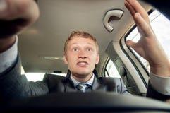 Επιθετικός οδηγός πίσω από τη ρόδα ενός αυτοκινήτου οδηγώντας Στοκ Φωτογραφία