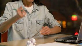 Επιθετικό αποθαρρυμένο θηλυκό που τσαλακώνει το έγγραφο, που αποτυγχάνει να αναπτύξει τη νέα ιδέα απόθεμα βίντεο