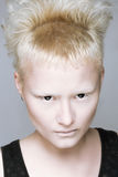 Επιθετικό κορίτσι στους μαύρους φακούς στοκ φωτογραφίες