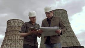 Επιθεωρητής και ο αρχιτέκτονας στο υπόβαθρο του σταθμού παραγωγής ηλεκτρικού ρεύματος τα προβλήματα της ατμοσφαιρικής ρύπανσης, π φιλμ μικρού μήκους