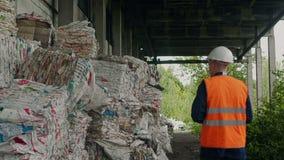 Επιθεωρητής και συσκευασμένα απορρίματα του πολυαιθυλενίου στην ανακύκλωση της επιχείρησης απόθεμα βίντεο