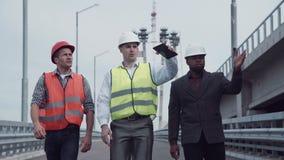 Επιθεωρητής μεταφορών εθνικών οδών με τους μηχανικούς απόθεμα βίντεο