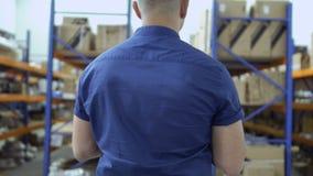 Επιθεωρητής στην αποθήκη εμπορευμάτων απόθεμα βίντεο