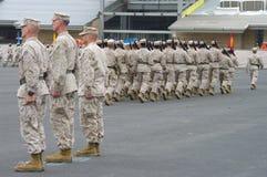 επιθεωρώντας στρατεύματα Στοκ Εικόνες