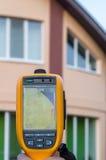 Επιθεώρηση θερμικής λήψης εικόνων του σπιτιού και της στέγης Στοκ φωτογραφίες με δικαίωμα ελεύθερης χρήσης