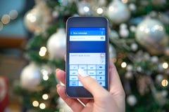 Επιθυμίες διακοπών δακτυλογράφησης γυναικών στο έξυπνο τηλέφωνο Στοκ Εικόνες