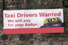 Επιθυμητό ταξιτζήδες σημάδι ευκαιριών απασχόλησης εργασίας στον τοίχο Uber Στοκ εικόνα με δικαίωμα ελεύθερης χρήσης