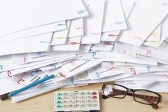 Επικάλυψη θέσεων μολυβιών και εγγράφων με το paperclip σε ξύλινο στοκ εικόνες με δικαίωμα ελεύθερης χρήσης