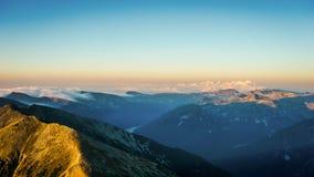 Επική άποψη πανοράματος βουνών, ανατολή στην αιχμή Musala, Βουλγαρία Στοκ φωτογραφίες με δικαίωμα ελεύθερης χρήσης