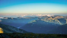 Επική άποψη πανοράματος βουνών, ανατολή στην αιχμή Musala, Βουλγαρία Στοκ Φωτογραφίες