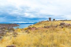 Επικήδειοι πύργοι σε Sillustani, προϊστορικές καταστροφές του Περού, νότια Αμερική Inca Στοκ Φωτογραφία