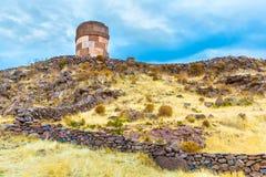 Επικήδειοι πύργοι σε Sillustani, προϊστορικές καταστροφές του Περού, νότια Αμερική Inca κοντά σε Puno Στοκ Εικόνα
