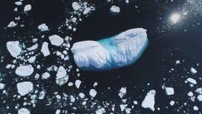 Επική εναέρια άποψη επιφάνειας νερού της Ανταρκτικής ωκεάνια απόθεμα βίντεο