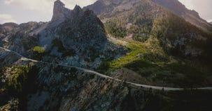 Επική εναέρια άποψη υποβάθρου του όμορφου δρόμου στη μεγάλη δύσκολη κορυφογραμμή βουνών που καλύπτεται με τα δέντρα στο εθνικό πά απόθεμα βίντεο
