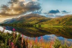 Επική φυσική λίμνη στις σκωτσέζικες ορεινές περιοχές Όμορφο τοπίο Στοκ εικόνα με δικαίωμα ελεύθερης χρήσης