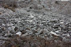 Επικίνδυνη και απότομη καθίζηση εδάφους των βράχων και των λίθων στις Tuscan Άλπεις Apuan στοκ εικόνα με δικαίωμα ελεύθερης χρήσης