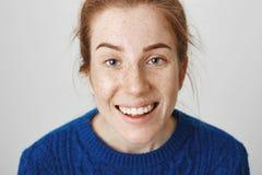 Επικίνδυνη και επικίνδυνη ελκυστική redhead γυναίκα που χαμογελά περίεργα ενώ έχοντας την ιδέα στο μυαλό, τολμώντας φίλος για να  στοκ εικόνες