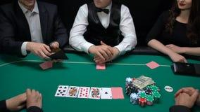 Επικίνδυνοι φορείς χαρτοπαικτικών λεσχών που βάζουν το κλειδί χρημάτων και σπιτιών στον πίνακα, που αυξάνει το στοίχημα, στρατηγι απόθεμα βίντεο