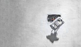 Επικίνδυνος εκτεθειμένος ελαφρύς διακόπτης τοίχων με το εκτεθειμένο ζωντανό καλώδιο στοκ φωτογραφία με δικαίωμα ελεύθερης χρήσης