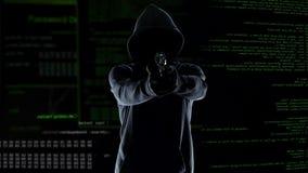 Επικίνδυνος πυροβολισμός χάκερ στη κάμερα, που καταστρέφει το υλικό, έγκλημα cyberterrorism φιλμ μικρού μήκους