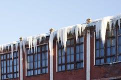 Επικίνδυνα παγάκια στη στέγη Στοκ εικόνες με δικαίωμα ελεύθερης χρήσης