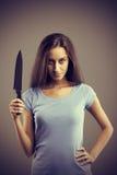 Επικίνδυνη γυναίκα με ένα μαχαίρι Στοκ Φωτογραφία