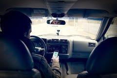 Επικίνδυνη οδήγηση γράφοντας SMS στοκ εικόνα