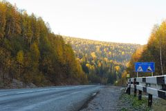 Επικίνδυνη οδική κάθοδος στο δάσος φθινοπώρου στοκ εικόνα