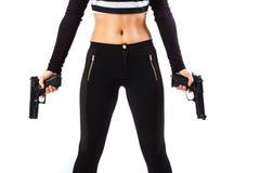 Επικίνδυνος θηλυκός δολοφόνος που κρατά δύο πυροβόλα όπλα Στοκ εικόνες με δικαίωμα ελεύθερης χρήσης