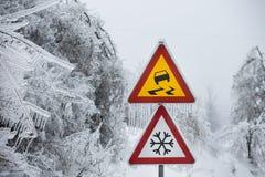 Επικίνδυνο και παγωμένο οδικό σημάδι Στοκ Εικόνες