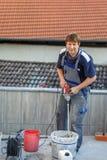 Επικεράμωση νεαρών άνδρων στα balkony κεραμικά κεραμίδια στοκ φωτογραφίες