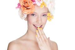 επικεφαλής γυναίκα πορτρέτου γοητείας λουλουδιών Στοκ Εικόνες