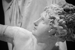 Επικεφαλής και λεπτομέρεια ώμων του αρχαίου γλυπτού Στοκ Εικόνες