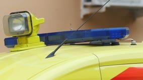 Επικεφαλής λάμποντας ελαφρύ στροβοσκόπιο στο αυτοκίνητο ασθενοφόρων έκτακτης ανάγκης φιλμ μικρού μήκους