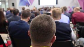Επικεφαλής των ανθρώπων στην αίθουσα συνεδριάσεων Διάσκεψη Buiseness κοίταγμα στο στάδιο Εστίαση στο κεφάλι απόθεμα βίντεο