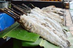 επικεφαλής ψάρια φιδιών που τυλίγονται με το άλας και που ψήνονται στη σχάρα στο φρέσκο φύλλο μπανανών στην αγορά Στοκ φωτογραφία με δικαίωμα ελεύθερης χρήσης