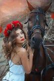 Επικεφαλής άλογο που αγκαλιάζει ένα χαριτωμένο κορίτσι Στοκ φωτογραφία με δικαίωμα ελεύθερης χρήσης