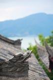 Επικεφαλής γλυπτό δράκων σε μια κινεζική στέγη με τα βουνά στο BA Στοκ φωτογραφία με δικαίωμα ελεύθερης χρήσης