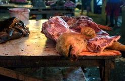 Επικεφαλής και κρέας του χοίρου στην παραδοσιακή αγορά Tomohon στοκ εικόνες