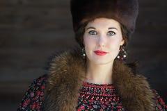 Επικεφαλής και πορτρέτο ώμων της ρωσικής ομορφιάς με τα μπλε μάτια που φορούν το καπέλο Cossack γουνών Στοκ φωτογραφίες με δικαίωμα ελεύθερης χρήσης