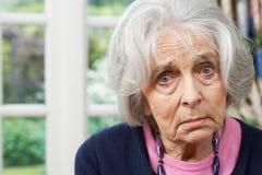 Επικεφαλής και πορτρέτο ώμων της δυστυχισμένης ανώτερης γυναίκας στο σπίτι στοκ εικόνα με δικαίωμα ελεύθερης χρήσης